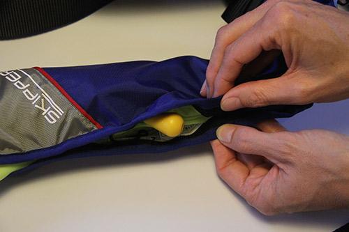 replier le gilet gonflable dans ses plis